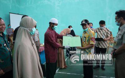Bupati Banjarnegara Budhi Sarwono Serahkan 300 Sertifikat PTSL