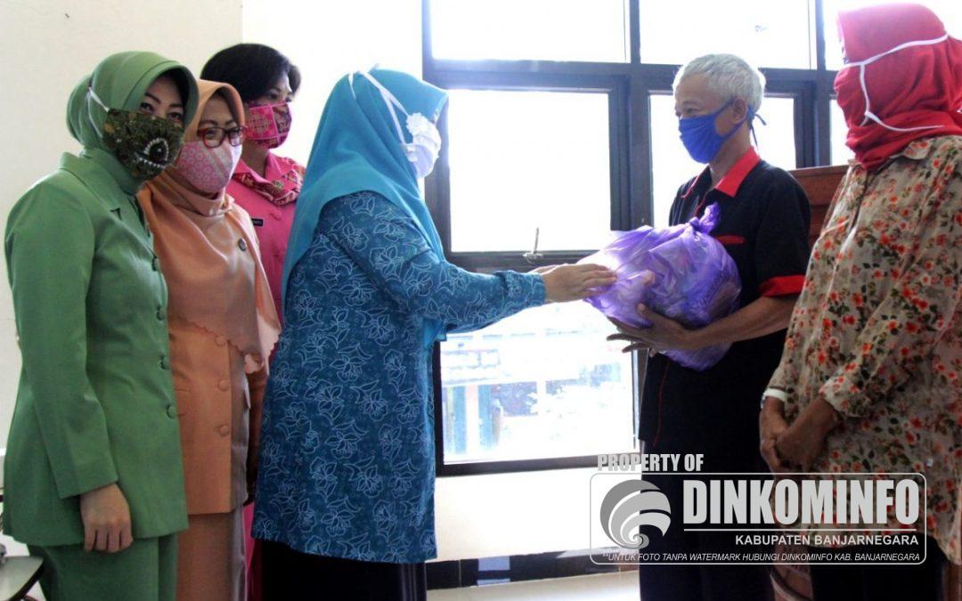 Seksi Kewanitaan HUT RI Salurkan 325 Paket Bantuan Sembako