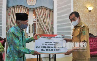 Bupati Serahkan Dana Hibah untuk Ormas di Banjarnegara